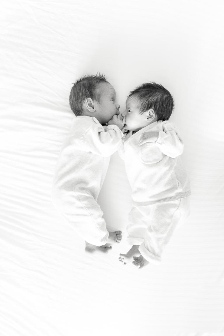 tweeling lifestyle gezinsshoot gezinsfotograaf familiefotografie Martha Bruin fotografie newborn
